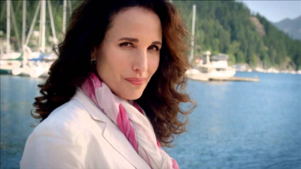 Andie MacDowell in thriller-serie 'Wireless'