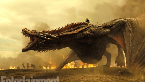 Dany op een draak in featurette Game of Thrones