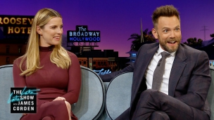 Betty Gilpin en Joel McHale bij James Cordon
